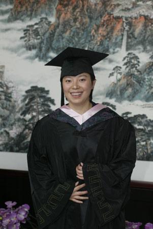 毕业典礼上穿上学士服的杨影