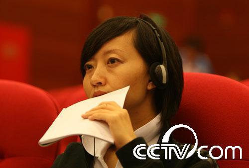 记者拍摄了这张照片,柴静正在观察的新闻发布会的