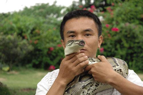 黄开宁/2000年,黄开宁的儿子小兴坛出生了,从此这条蟒蛇就成为黄家...