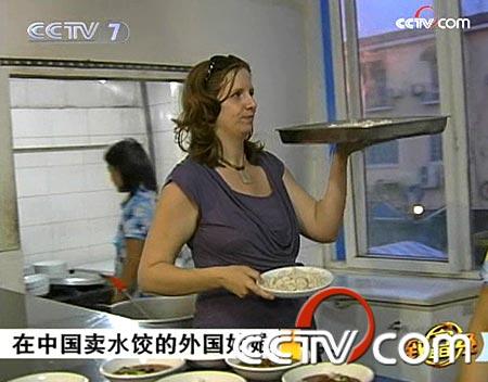 在中国卖水饺的外国姑娘