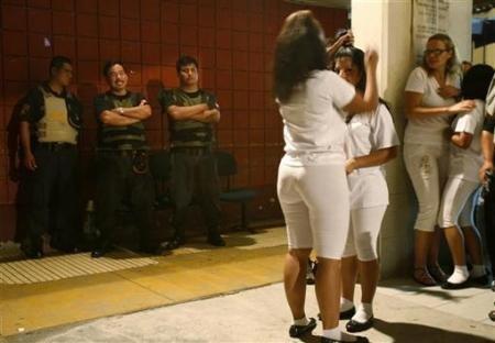 秘鲁利马,一名女犯为即将参加监狱歌唱比赛的狱友梳头.狱警们在一图片