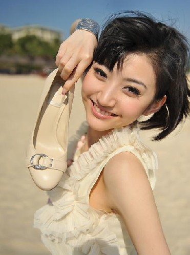 看到海滩手拿鞋子的景甜