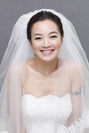 众女星最新性感婚纱造型PK图片
