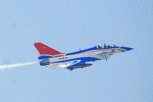 八一表演飞行队飞行员 曹振 歼十飞机从气动布局上有了一些改进,从