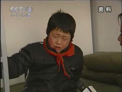 门外哭泣的小男孩