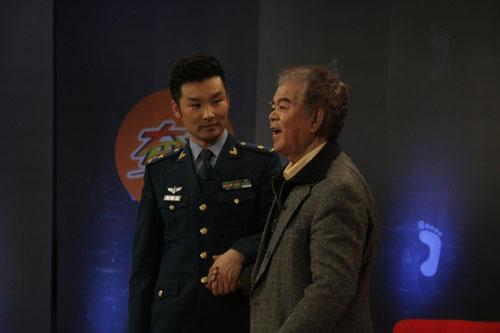 下面有请军旅歌手刘和刚,第三种下面有请青年歌星刘和刚.